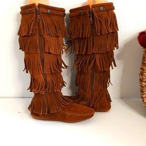 MINNETONKA 5 layer fringe leather boots